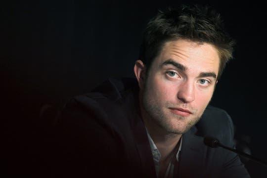 Robert Pattinson se lleva las manos a la cabeza constantemente.