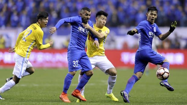 Carlos Tevez con la camiseta de Shanghai Shenua; el argentino recaló en un fútbol de menor jeraquía y que tiene mucho por aprender