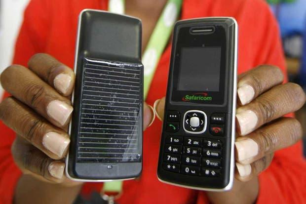 Un modelo de teléfono básico en Kenia, equipado con un cargador solar