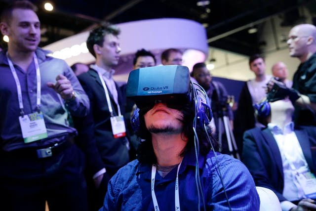 Una vista del prototipo Oculus Rift, de la empresa Oculus VR, adquirida por Facebook por 2000 millones de dólares