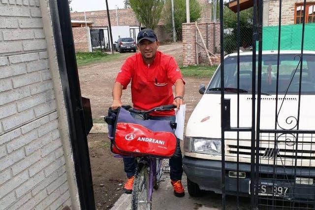 Nelsón Vega, cartero y apasionado por el deporte