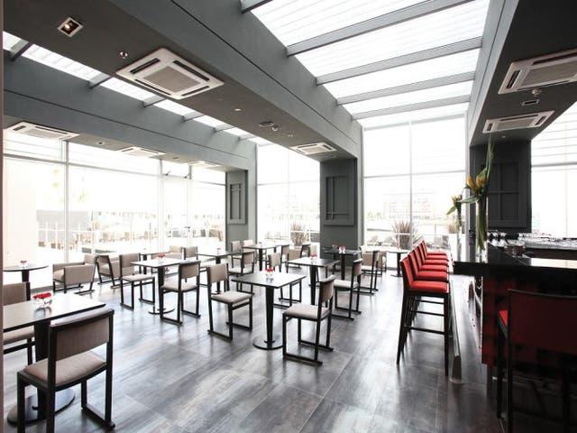 El hotel Wyndham ofrece un restaurante y bar con vistas impecables a la bahía de Nordelta