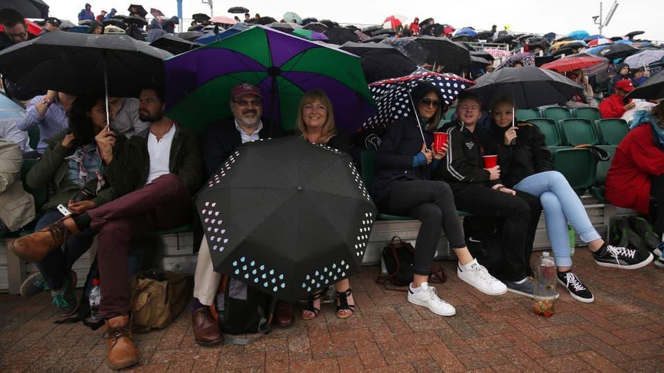 lluvia  en la pista 12 en el quinto día del Campeonato de Wimbledon 2016 en el All England Lawn Tennis Club en Wimbledon, al suroeste de Londres, el 1 de julio 2016. Foto: AFP / JUSTIN TALLIS