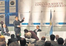 Duhalde expone en la conferencia de la UIA, con Terragno como compañero de panel