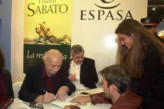Firmando autógrafos en la Feria del Libro. Foto: Archivo