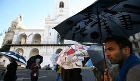 Bajo el sol, los paraguas de 2011 sorprendieron a los porteños