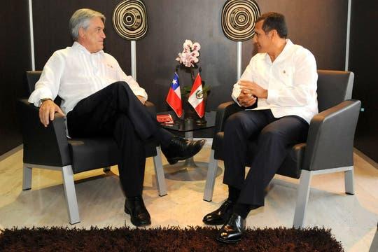 El presidente de Chile, Sebastian Piñera (i), y su homólogo peruano, Ollanta Humala, hablan durante una reunión bilateral del sábado. Foto: EFE