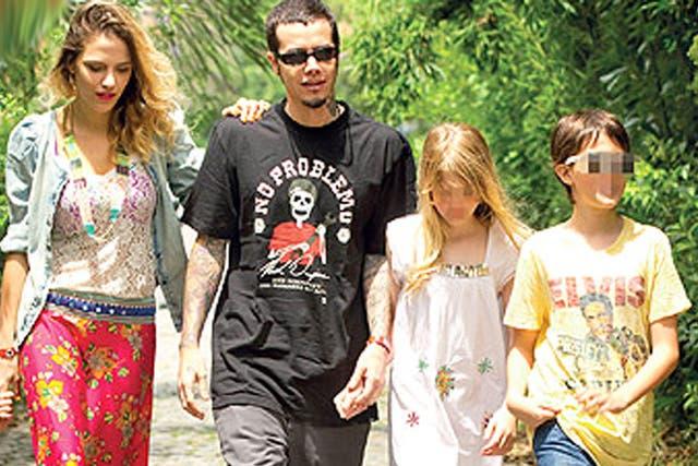 Ortega, su novia Ivana, y sus hijos