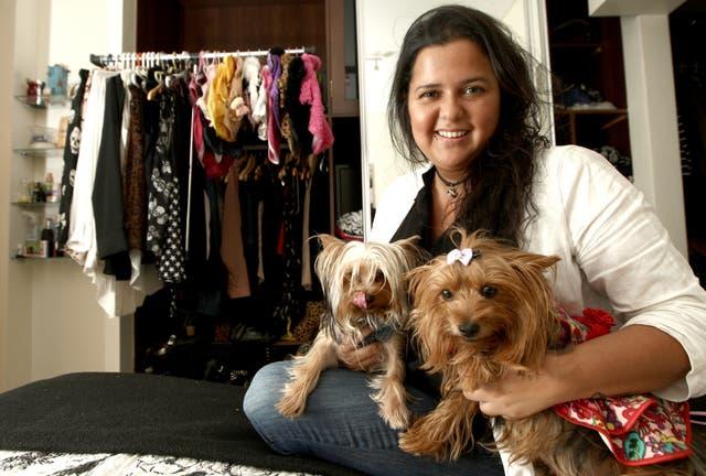 Daniela viste a Pixie y Manola, sus yorkshire terrier