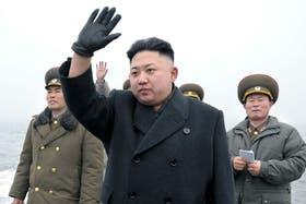 El líder Kim Jong Un supervisa un ejercicio militar en aguas de Corea del Norte