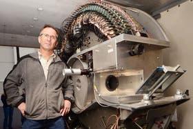 Tim Samaras, junto a uno de sus inventos