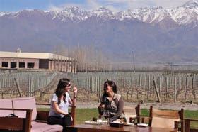 Bárbara Osorio y Jessica Ladino almuerzan en Killka; atrás, la bodega Salentein y los Andes