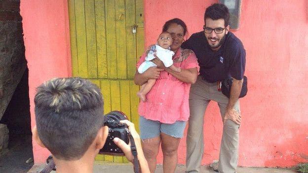 Solange y Wesley posan para una foto junto al fotógrafo de AP Felipe Dan