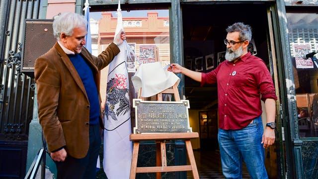 El descubrimiento de la placa con el Diputado de la ciudad de Buenos Aires Gabriel Fucks junto al presidente de ARGRA Ezequiel Torres