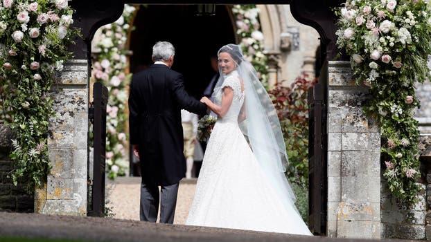 Pippa Middleton mira a las cámaras antes de emprender el camino hacia el altar. Foto: Reuters / Kirsty Wigglesworth