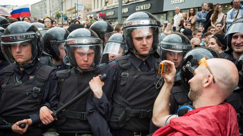 Además, los medios de comunicación rusos informaron que unas 5000 personas se habían presentado en la ciudad siberiana de Novosibirsk, la mayor multitud desde las manifestaciones en 1991, cuando se reclamaba la disolución de la Unión Soviética. Foto: AFP