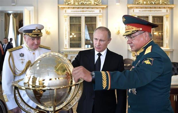 Putin, ayer, junto a su ministro de Defensa y al jefe de la marina
