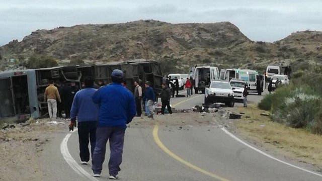 Al menos 15 personas murieron y 23 resultaron heridas cuando un ómnibus volcó en la ruta 144 en el departamento de San Rafael, Mendoza