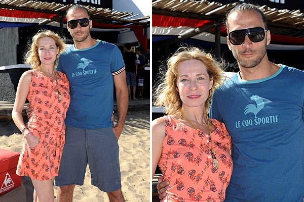 Luciano Cáceres y Gloria Carrá estuvieron en Pinamar y pasaron por el espacio de Le Coq Sportif, en el balneario El Signo. Para estar bien cómodos en la playa, ella eligió un solero estampado y él, bermudas y remera. Foto: Agencia Alo