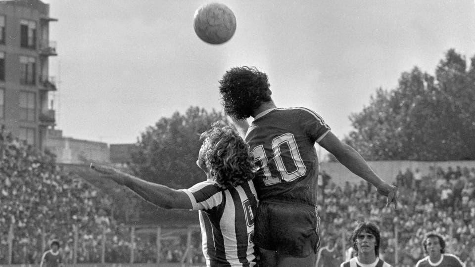 26-10-1980: pelea aérea con la Pepona Reinaldi, ante Talleres. Foto: LA NACION