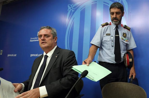 El ministro del Interior catalán, Joaquín Forn, y el jefe de los Mossos, ayer, en Barcelona