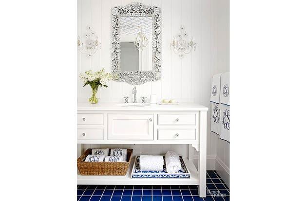 Clásico y fesco. Un gran mueble blanco ofrece distintos cajones para mantener el orden.  /Bhg.com