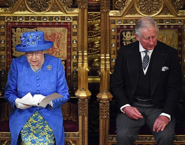 La reina estuvo ayer acompa?ada por su hijo y heredero, Carlos