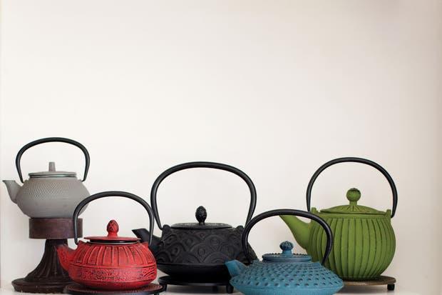 Sus objetos preferidos de Anthropologie: una colección de tazas y teteras que invita al ritual del té.. Foto: Gustavo Sancricca. Producción de Yamila Bortnik.