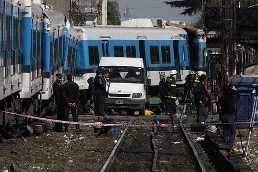 Dos trenes de la línea Sarmiento y un colectivo chocaron a la altura de Flores hay varios muertos y más de 160 heridos. Foto: LA NACION / Ricardo Pristupluk