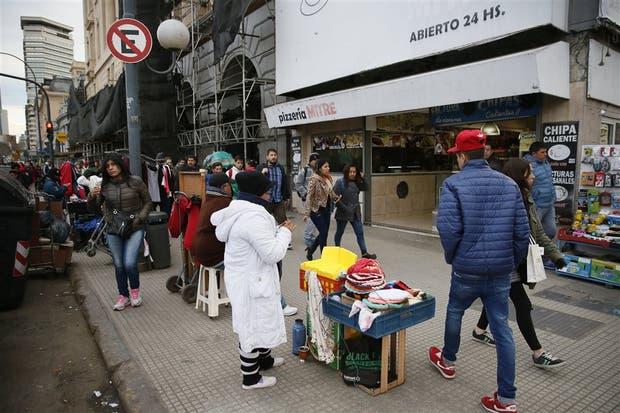 En hora pico, unos 50 vendedores informales ofrecen productos en los 400 metros de frente de las terminales ferroviarias