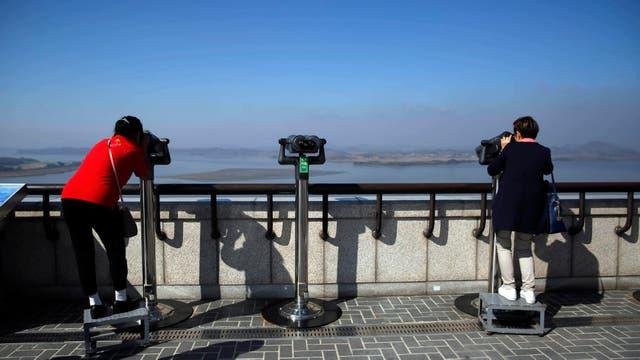 Observatorio y museo de Odusan en la confluencia de los ríos Hangang y Imjingang en el fondo, Kijongdong conocido en Corea del Norte como Pueblo de la Paz y en Corea del sur como Pueblo de la Propaganda.