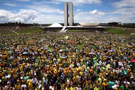 Frente al Congreso Nacional, en Brasilia, una multitud protestaba. Foto: EFE