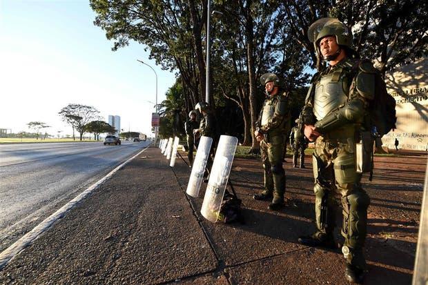 El ejército monta guardia frente a los edificios públicos en Brasilia