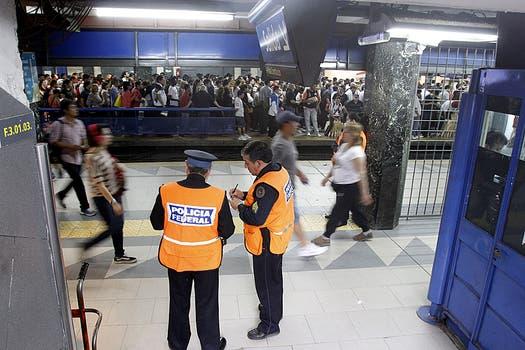 Incidentes y quejas en la línea C por las demoras en una formación de subte. Foto: DyN