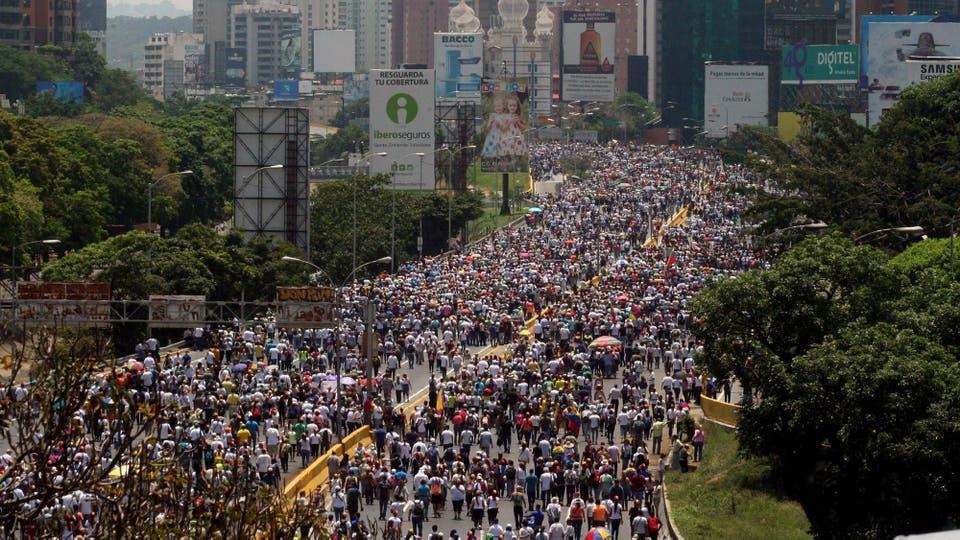 Miles de Venezolanos marchan pidiendo el fin de la crisis. Foto: José Cohen/NOTIMEX/dpa