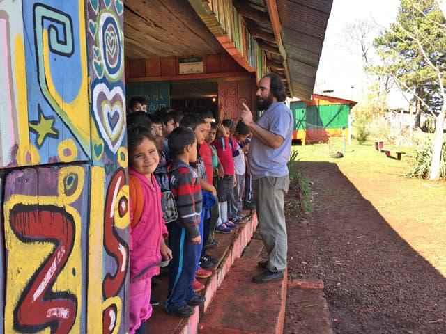 Martín Cornell despide a los alumnos 1º,2º,3º y 4º grado al final de la jornada