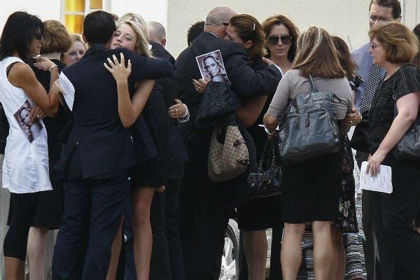 El dolor de la familia, quienes llevaron fotos de la modelo