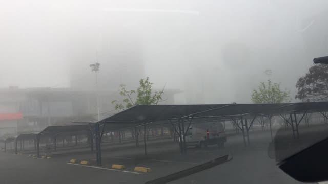 Una intensa niebla cubre la Ciudad en una jornada que estará marcada por tormentas vespertinas