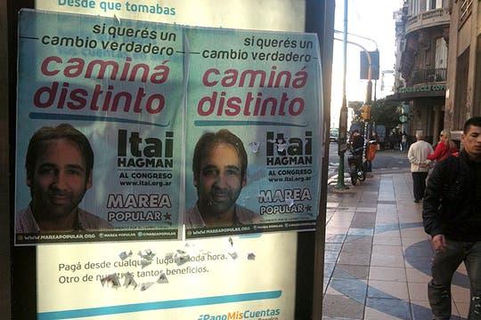 Los militantes de Marea Popular salen a pegar afiches para apoyar la campaña de Itai Hagman. Foto: LA NACION / Matías Moreno