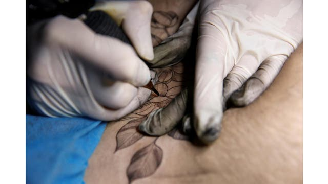Un tatuaje de una flor se aplica en el vientre de Kiki en Shangai