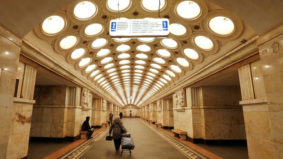 Una mujer camina a lo largo de la estación de metro Elektrozavodskaya en Moscú, Rusia,
