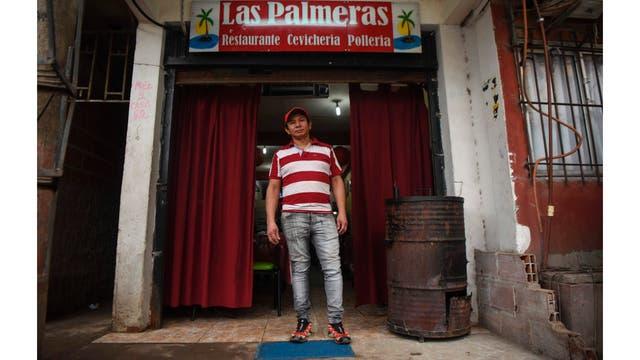 José Luis Zapata posa en su restaurante de la Villa 31 en Buenos Aires, Argentina