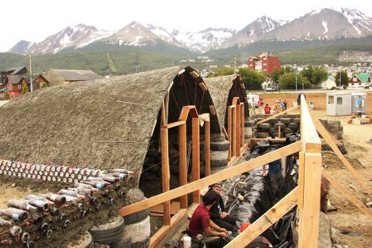 La Nave Tierra de Ushuaia en plena construcción; al fondo, la cordillera. Foto: LA NACION / Mauricio Giambartolomei