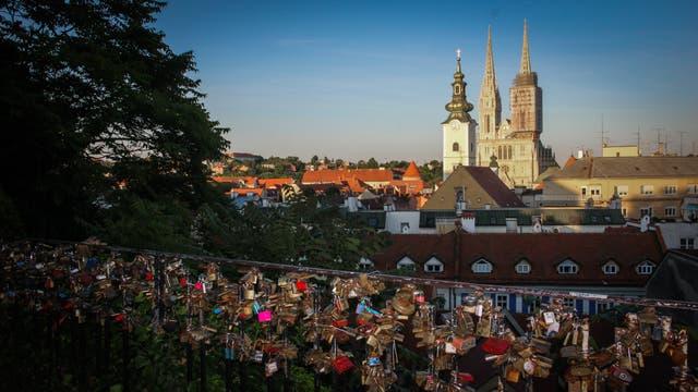 Uno de los miradores de la Ciudad alta, o Upper town, donde los enamorados le dan vigencia a la tradición de los candados. De fondo se ve la cúpula de la catedral dedicada a la Asunción de María y San Esteban