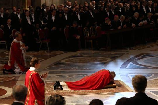 El Sumo Pontífice encabezó las ceremonias de su primer Viernes Santo en Roma. Foto: AP