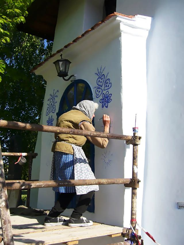 La señora pinta todas las casas de su pueblo por amor al arte