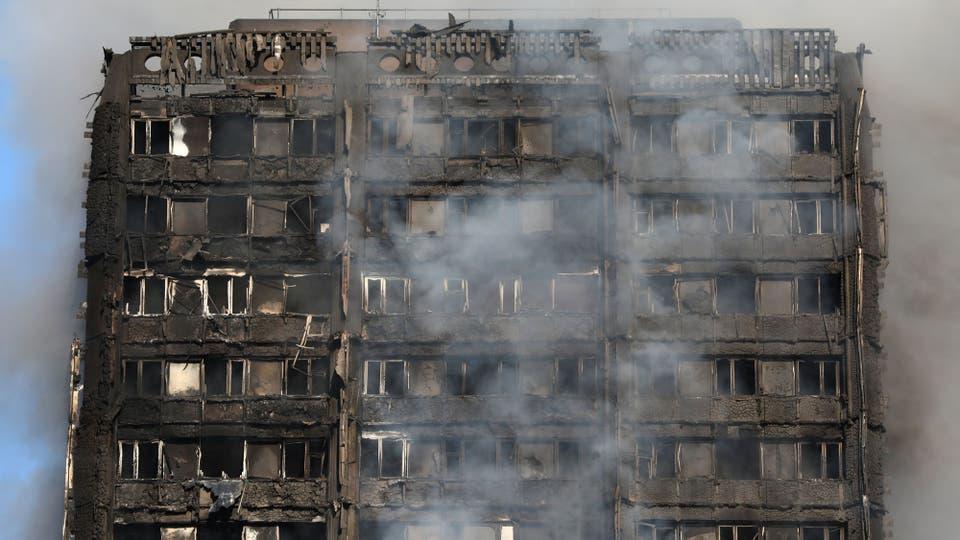 Un voraz incendio destruyó un edificio de 24 pisos en Londres. Foto: Reuters