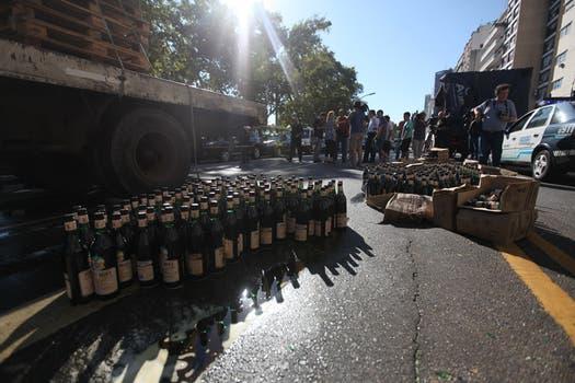 Un camión volcó su carga de Fernet en la Av.Lbertador y Montevideo, en el barrio de Retiro. Foto: LA NACION / Ezequiel Muñoz