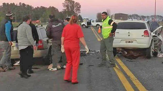 Tres muertos, dos de ellos policías, y dos heridos graves al chocar de frente dos autos en la ruta 5