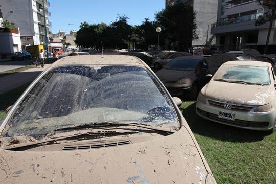 Decenas de autos permanecen, sucios, mojados y estacionados, en calles de ese barrio a la espera del seguro tras el intenso temporal. Foto: LA NACION / Ezequiel Muñoz